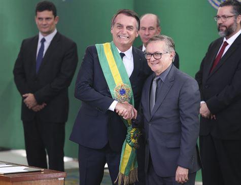 Bolsonaro retira Quilombos e Violência contra a mulher dos livros didáticos.