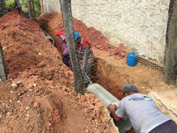 Prefeitura de Santana do Mundaú repara drenagem na cidade.