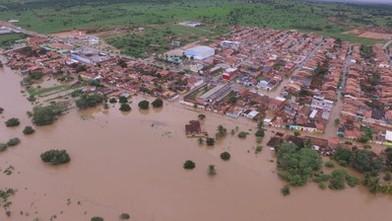 Barragem se rompe na Bahia. Cidade ficou alagada.