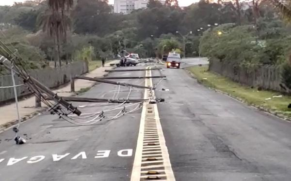 Homem derruba 11 postes na batida com carro.