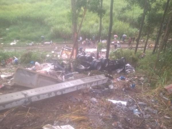 Caminhão tombou em S.J. Laje