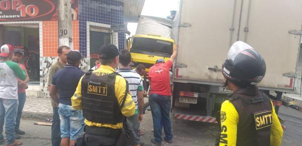 Caminhão bate no centro de União dos Palmares.