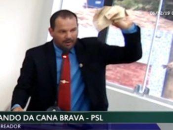 Vereador joga dinheiro para o alto, no sertão de Alagoas.