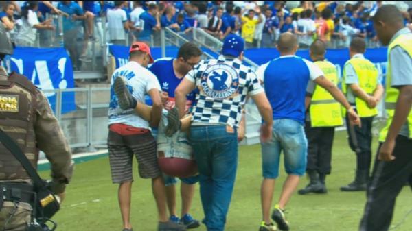 Torcida briga, arranca cadeira, invade campo em partida de Cruzeiro e Palmeiras no Mineirão