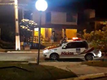 Promotor atira contra vizinhos por se irritar com o som alto,  no Condomínio Aldebaran.