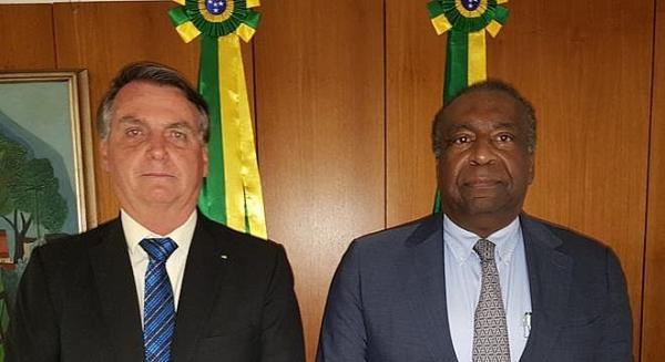 Carlos Decotelli deixa Ministério da Educação após falhas no currículo.