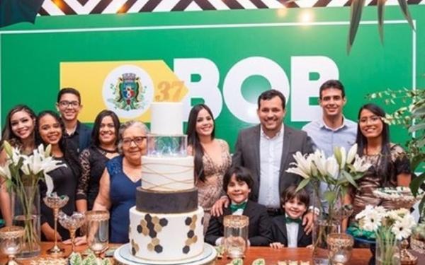 Presidente do PSL dá festa com show e aglomeração.