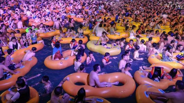 Wuhan, berço da pandemia, tem festa de música eletrônica em parque aquático.