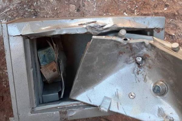 Catadores encontram R$ 35 mil em fundo falso de cofre e devolvem dinheiro à polícia